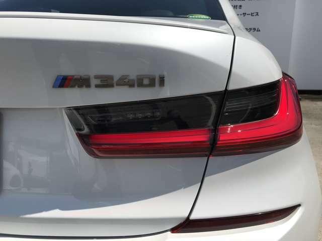 テールライトです。走行中後方車両から視認性の高いLEDイルミネーションが特徴です。デザイン性が高い部分の一つとなっております。