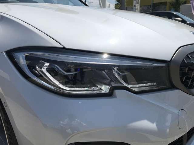 スモールライトはBMWの丸目4灯を強調するリングのイルミネーションで夜間雨天時でも快適に視野を照らすLEDヘッドライトを装備。明暗を感知し自動で点灯、消灯するオートライト付き。