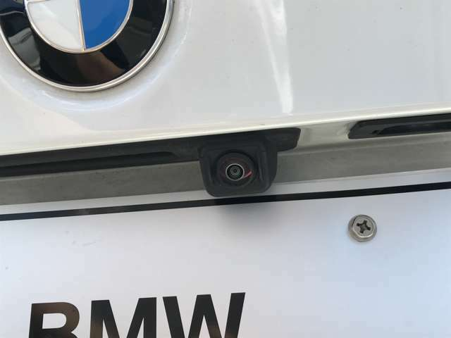 バックカメラで御座います!全周囲カメラも装備しておりますので。より安全に駐車いただけます。