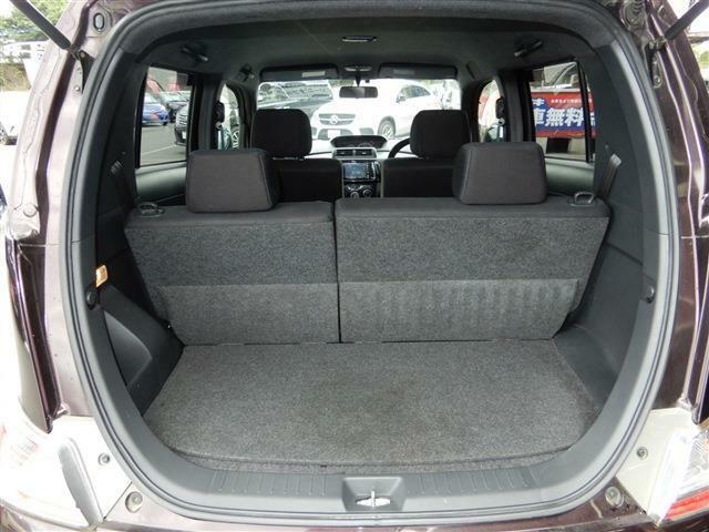 後部座席を倒せばフラット状態になるため、大きな荷物や長い荷物も収納可能♪
