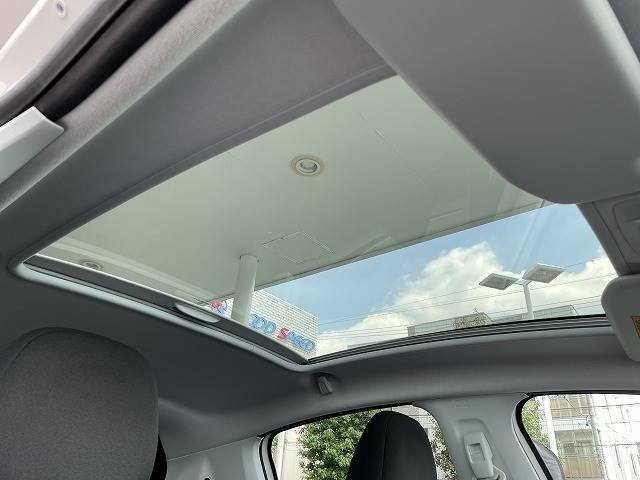 シエロは標準でスタイリッシュガラスルーフを装備しております。車内も明るくなり開放的です。