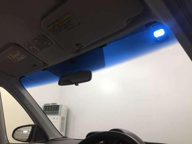 当店では屋外展示場の他に、店内ショールームや、屋内ガレージが御座いますので天候・気温を気にせず、ゆっくりとお車をご覧頂けます。