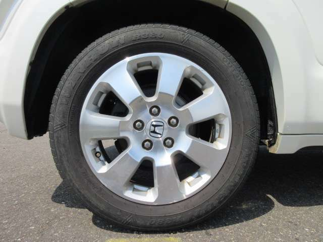タイヤサイズは215/60R17 残りの溝は5分山くらいあります。