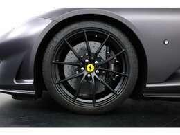 純正20インチネグロマットアルミホイールが足元を引き立ております。タイヤサイズ前275/30¥ZR21 後335/25/ZR22
