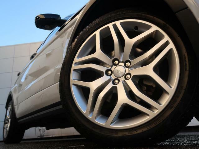 20インチ5スプリットスポークホイール装備!力強さと重厚感を感じさせる立体感のあるスポーク、車体全体のバランスを考慮した洗練されたデザイン性でイヴォークの魅力を際立たせます!