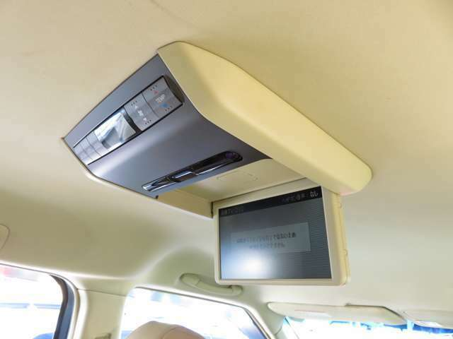 後席フリップダウンモニターで車内がより快適に!車内でTVの話題を共有できるので盛り上がれちゃいます☆