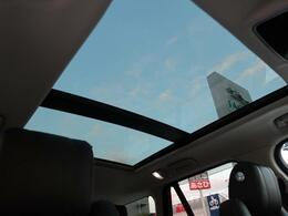【スライディングパノラミックルーフ】車内に気持ちいい自然光が差し込みます。快適な車内温度を維持し日差しから乗員とインテリアを守るダークカラーのガラス。電動ブラインド付き!