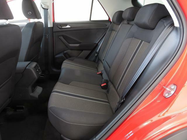 座面が広く背の高い人にも快適な乗り心地を提供する上質なファブリックシート。