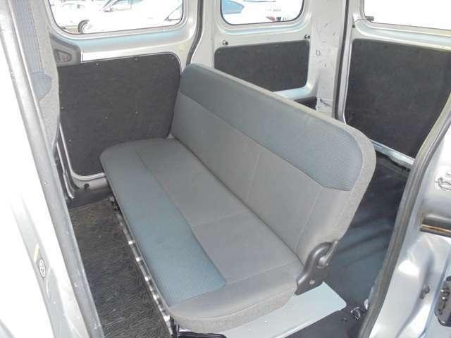 後部席☆折り畳むことにより、カーゴルームを広くとることができます☆