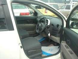 運転席のスペースは非常に広く、快適なドライブをお楽しみいただけます。