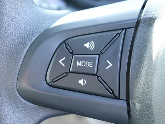 ステアリングリモコンで運転中でも手をはなすことなく選曲ができます