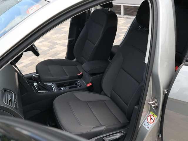 【疲れにくいシート設計】フォルクスワーゲンのシートは硬いと感じられる方もいらっしゃいます。ですが長時間乗車していますとその違いがわかります。ホールド感も良く本当に疲れにくいです。是非体感してください