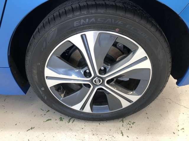 純正の17インチアルミホイール標準★シルバーとグレーの組み合わせでよりタイヤが大きく見えます!