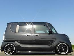 Wエッジリム&ブラックカラーの粗目のメッシュス仕様の17インチワイドホイールをフルタップ車高調を組み込みロアードしてインストール★6.5Jのワイドサイズを引張タイヤで履いていますので迫力あります!