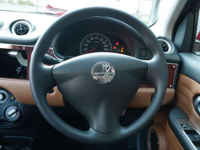 ステアリングのセンターには、光岡自動車のマークがございます。ステアリングも握りやすいサイズです。