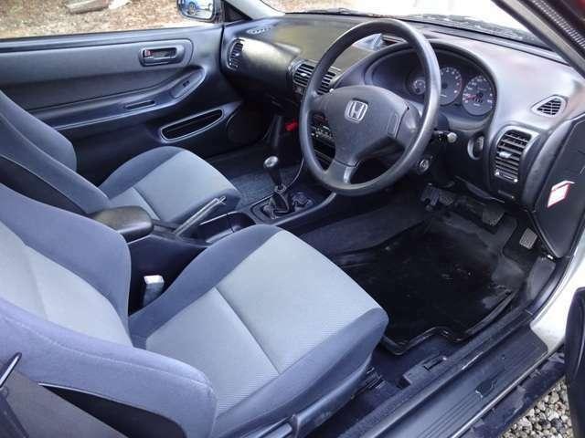 キレイで明るく、使いやすい室内です。乗って頂くと解りますが、視認性も良く非常に運転しやすい造りになっています。シートも座りやすく、長時間のドライブも快適です。オーディオやナビの取付けもご相談下さい。