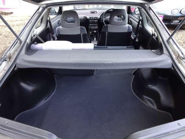 リアシートは片側だけ倒すことも出来ます。3人乗車時に大きいモノを購入した時等にとても便利です。長物や家具等も楽に積めるスペースになります。