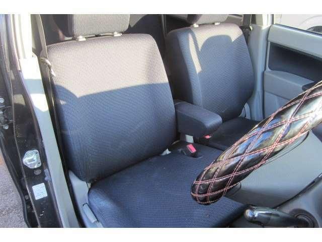 運転席のシートも汚れも無くキレイな状態です!