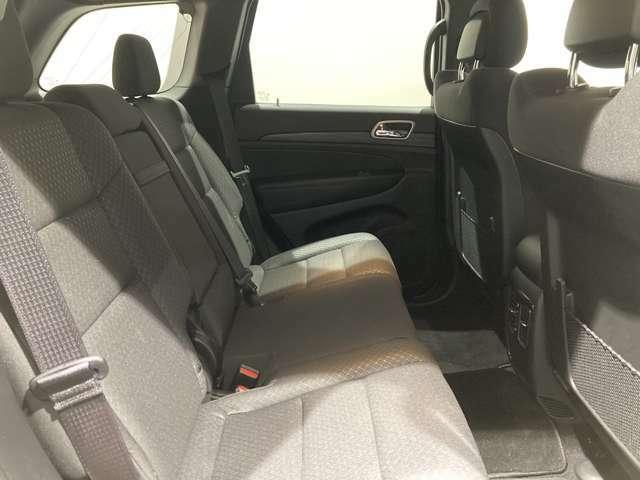 後方シートもゆとりがあり、快適な空間をお楽しみいただけます。