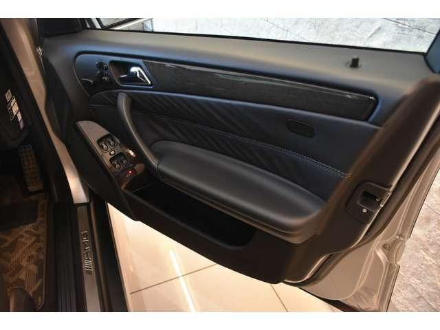 運転席ドアの内張です。乗り込む際に足が当たり傷が入りやすい箇所ですが、綺麗な状態を維持しております。