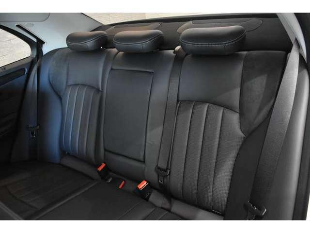 後部座席も使用感無く綺麗な状態です!W202は後部座席の居住性が高くなっております!
