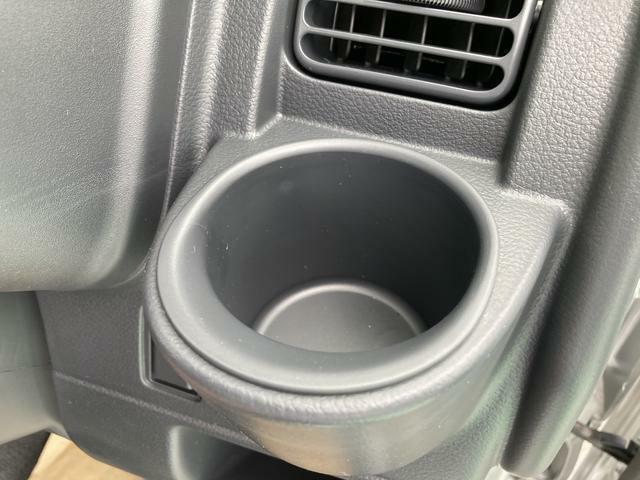 運転席には使いやすい位置にカップホルダーを設置しています