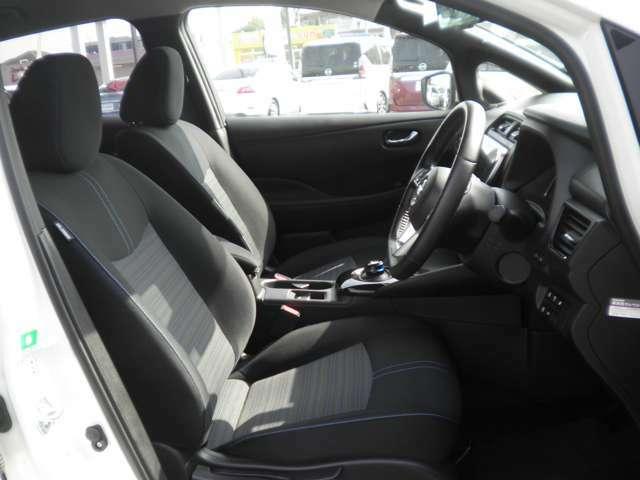 運転席にはシートリフターが付いておりますので、前後のスライドに加えシートの高さも変更出来ます。小柄な女性の方でも運転しやすいポジジョンが取れ、安心して運転できます。