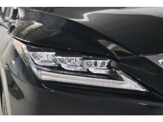 LEDフロントシーケンシャルターンシグナル 車両内側から外側に向かって、LEDランプが流れるように点灯します