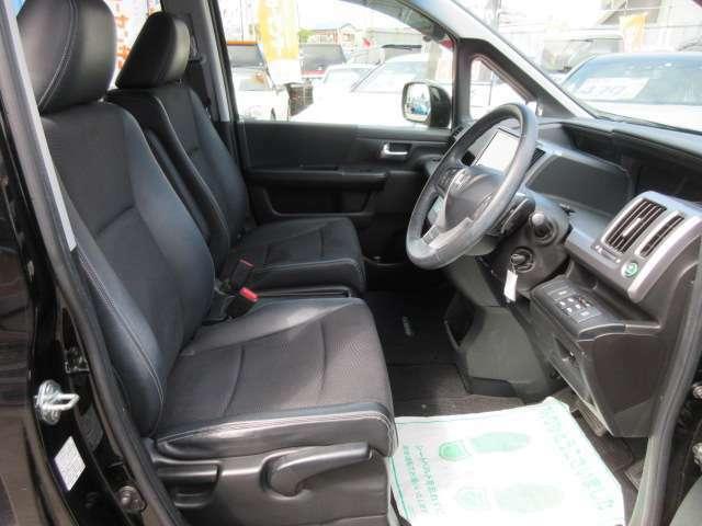 専用インテリア&専用シート♪ 専用のハーフレザーシートを使用しております♪ 質感もよく、長距離運転でも安心ですね♪
