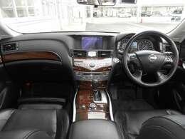 視界が広く、運転しやすい室内です。