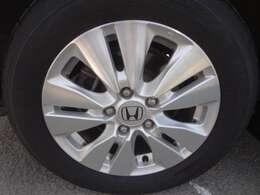 純正アルミホイールです。タイヤの残り溝も充分あります。
