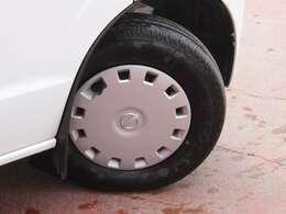 タイヤサイズは145/80R12になりホイルキャップが付いております。