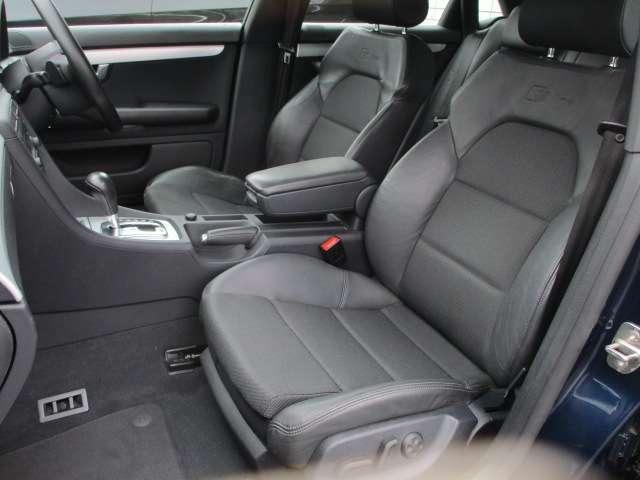 Sラインですので、専用のハーフレザーシートが装備されております♪車内もスポーティーな印象です♪運転席・助手席共にシートに目立つ擦れやキズ等もなくキレイな状態です♪助手席も電動シートとなっております♪