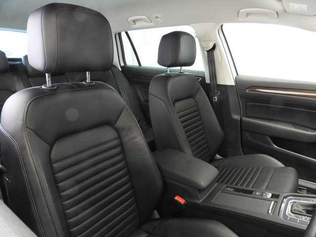 ☆シートには上質なナパレザーを採用。フロントはパワーシートでシートヒーター付。また、シートに内蔵されたファンにより座面や背面の蒸れを抑えるベンチレーションを装備☆