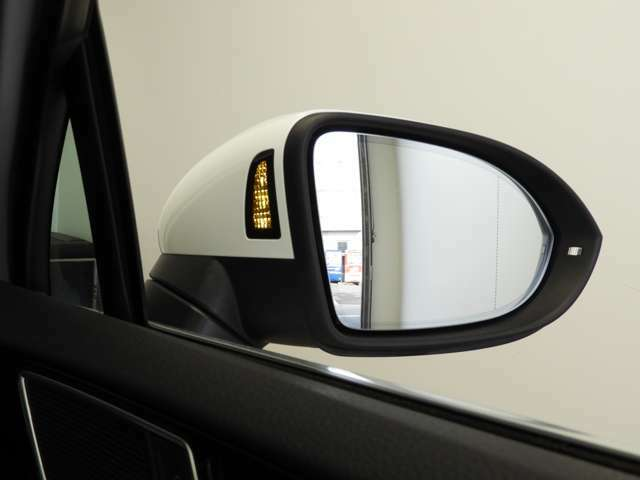 ☆Side Assist Plus:リヤバンパー左右のレーダーセンサーにより車両後方をモニタリング。ウィンカーに連動して車両検出方向に進路変更しようとするとステアリングを自動補正☆