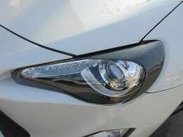 社外ヘッドライトカーボンカバー付き♪ フィッティングもよく綺麗にインストールされております♪ ヘッドライトコンディションも言うことなし♪ とても綺麗な状態です♪
