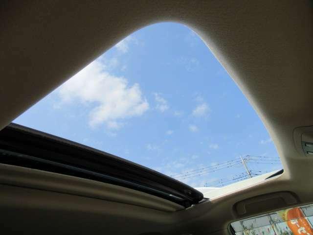 純正時のみ装着可能のサンルーフ付き♪ 車内も明るくなり高級感のあるインテリアとなります♪ 車内の換気にも役立ちます♪