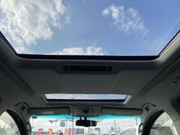 解放感溢れる【Wサンルーフ】☆車内には爽やかな風や太陽の穏やかな光が差し込みます☆