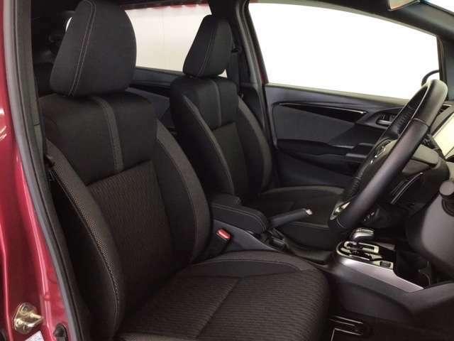 広い足元にゆったり座れるシートには肘掛も装備しており長距離の運転でも疲れにくいシートです。