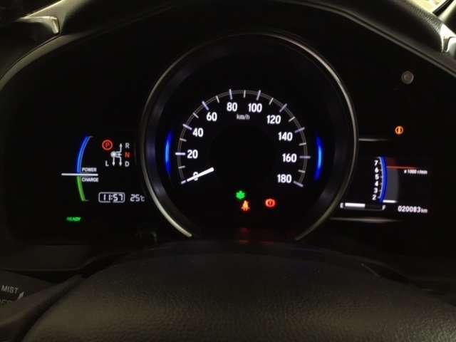 ハイブリット車専用のメーターです。中央のスピードメーターより左右のサブデスプレイで燃費や動力伝達などの情報が見れるようになっています。