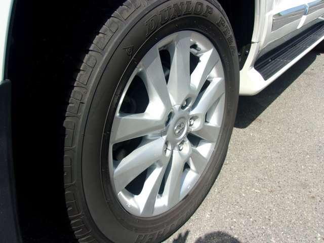 リヤのタイヤとホイールです。フロント同様、ホイールには目立つような傷も無く、良好な状態です。タイヤは国内メーカーの新品タイヤに交換をして納車させて頂きます。その費用もお支払い総額に含んでおります!
