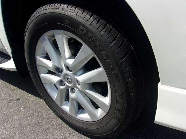 フロントの純正20インチアルミホイールです。4本共に目立つような傷も無く良好な状態です。タイヤは多少のヒビがございますので国内メーカー新品タイヤに交換をして納車させて頂きます!