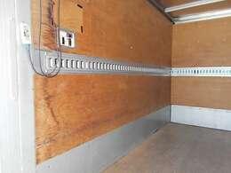 1段ラッシングベルトや室内灯もついております。荷台内形は、長さ:310cm 幅:176cm 高さ:196cmとなっております