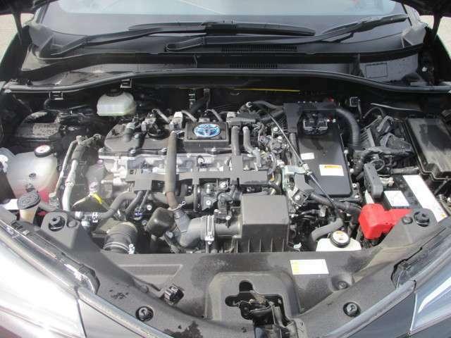 エンジンルームも綺麗なハイブリット車。タイミングベルトが金属製のチェーンになってます。10万キロでベルト交換の必要がありません。先々のメンテナンスの費用も抑えられますね。