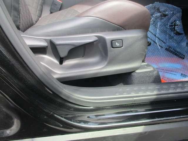 運転席は座面の高さを調整できるアジャスターが付いてます。小柄な女性の方でも、しっかり視界が確保でき、安全に運転できます♪