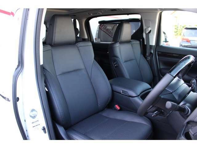 黒合成革の高級感溢れるシートです。高級車ならではのシートメモリー付き!快適なシートポジションでドライブをお楽しみください。