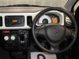 ドライバー目線からの画像です。視界が広く、周囲も見やすいので安全に運転できます。周辺機器も簡単に操作できますのでドライバーにとって使いやすく、万が一の時にも安全に設計されております。