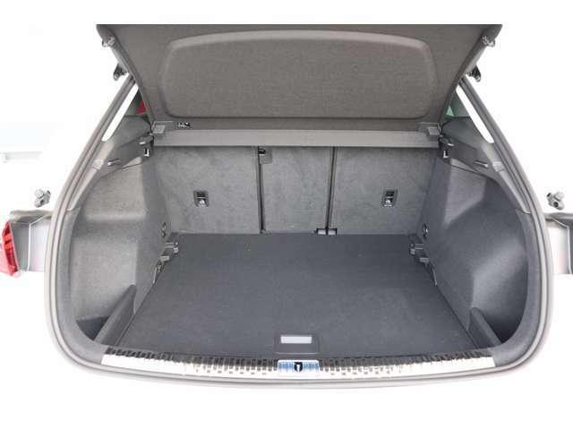後席のリリースロック機構により、2分割で前方に倒すことができます。カーゴスペースに入りきらない長い荷物も積載可能です。
