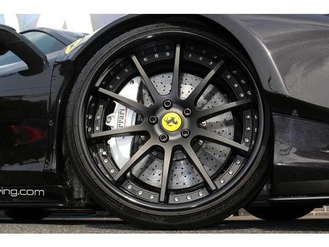 ホイールSSR鍛造20インチ!キャリパーは純正のホワイトキャリパーになります。純正のカーボンブレーキです!!!タイヤサイズ:フロント255/30ZR20 リア305/30ZR20