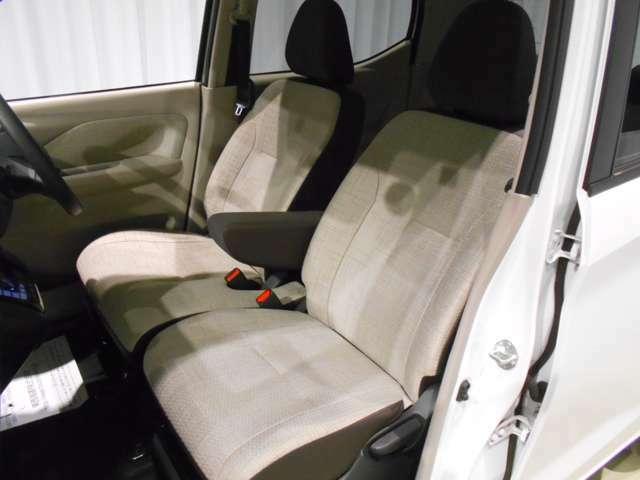 ツートン色でかわいらしいいシートです!足元が広く快適にお乗り頂けます!
